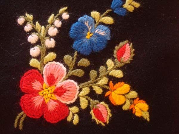 Det fanns många blommor att titta på förra helgen i Floda. Om man broderar fler än 100 blommor så blir man kanske lite bättre på att få sty...