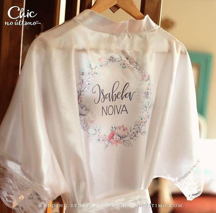 Esse é o robe branco de noiva com renda da @chicnoultimoconvites! Estou apaixonada e desejo um desses com muito amor! Você personaliza o seu e fica pra sempre com esta memória linda!. Orçamento  (47) 9158-9007 e-mail: loja.chicnoultimo@gmail.com  e intagram @chicnoultimoconvites Entrega em todo Brasil!