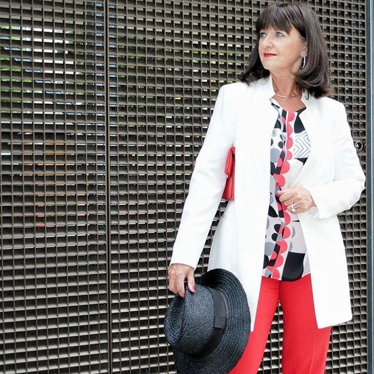 DANKE EUCH für die vielen Kommentare und die vielen Besucher auf meinem Blog von gestern. Mein Outfit von gestern war der Hit bei Euch! 👏 Heute  mit meinem weißen Longblazer kombiniert. Wie ist Dein Look für heute?  _ _ _  THANK YOU for so much likes and so many visitors on my blog.👏 Today my styling is with a white Longblazer. What is your styling for today?  _ _ _  #munichblogger #fashionblogger #fashionblogger_muc #blogger_muc #ifbootd #over50style #styleblogger #over50fashion…