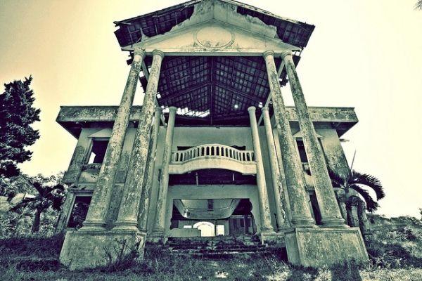 Wisma Erni dikenal sebagai tempat angker di Malang, banyak kisah horor wisma Erni yang bereda, seperti apa kisah horornya? baca kisahnya disini