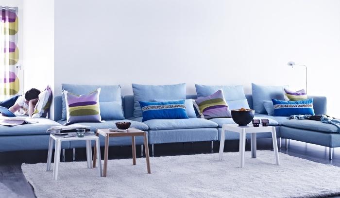 Голям диван за хола или кресло за стаята на малките.