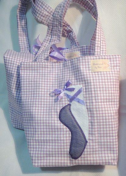 Bolsa forrada em tecido de tricoline, fita de cetim p/ fechamento e aplicação em feltro acompanha boneca bailarina de 19 centímetros de altura.