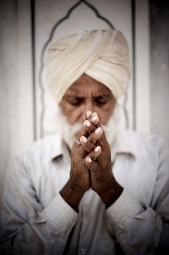 La culture, le peuple Sikh en Inde définition religion et symbole des indiens issu de sikhisme, leur mariage, leur turban dans cheveux, travail du métal.