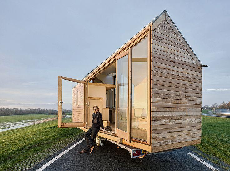Wonen: De Tiny House-beweging, overgewaaid uit de VS, wint langzaam terrein in Nederland. Als je een klein huisje zonder hypotheek hebt, dan kun je doen wat je echt wilt, aldus de bewoners.