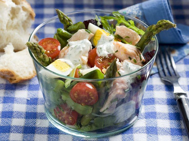 Salat mit Lachs, grünem Spargel, Cocktailtomaten und Ei | Zeit: 30 Min. | http://eatsmarter.de/rezepte/salat-mit-lachs-gruenem-spargel-cocktailtomaten-und-ei