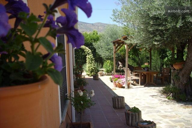 Jaen 8 km - 70 e al dia + 41 airnb Caseta de Fusta amb habitacio jardi molt maco i piscina