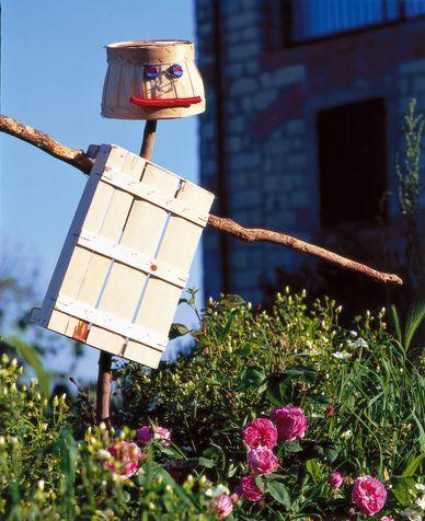 Decorazioni giardino: spaventapasseri creativo