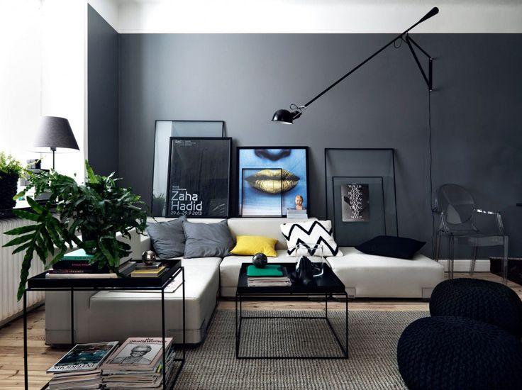 Design salotto moderno creativo e originale. Parete nero con divano bianco e vari accessori colorati