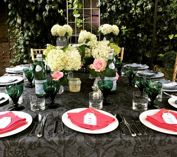 Table setting is complete for our summer lunch in the Samantha Todhunter Design garden!