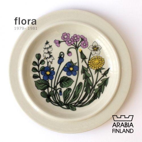 ARABIA flora 製造期間:1979年~1981年 フォルムデザインはウッラ・プロコペ(Ulla Procope)、デコレートデザインはエステリ・トムラ(Esteri Tomula) 製作年数が3年と短く、稀少なシリーズになります。 たんぽぽ・すずらん・桜草・スミレが伸び伸びと描かれており、美しくデザイン性の高い作品です。 テーブルを素敵に彩ってくれること間違いなしです。