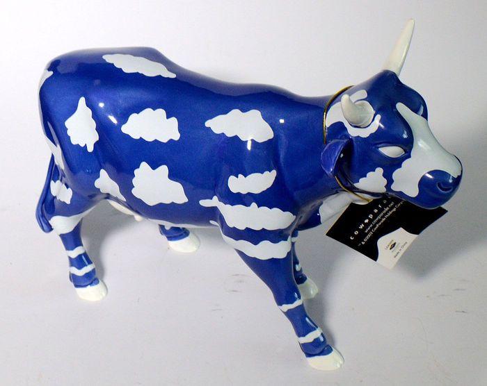 """""""SKY koe"""" van de kunstenaar Othello Anderson Cowparade - groot met originele doos en certificaat  Koop is een porselein koe """"SKY COW"""" van de Britse kunstenaar Othello Anderson - nieuwe  originele doos uit de serie """"COWPARADE""""De koe heeft een lengte van 27 cm.De Cow Parade is een openbare kunst evenement dat plaatsvindt in de open lucht over de hele wereld en is bedoeld om kunst te maken die gemakkelijk toegankelijk is voor mensen. Bij de eerste gebeurtenis verder in 1998 heeft het…"""
