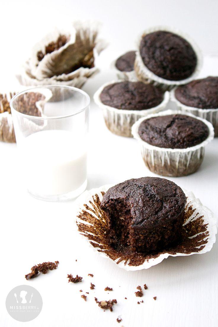 Przepis na czekoladowe muffinki owsiane z dodatkiem migdałów i jogurtu naturalnego. Muffiny, babeczki bez masła i oleju. Zdrowe muffiny bez mąki, muffiny na jogurcie.