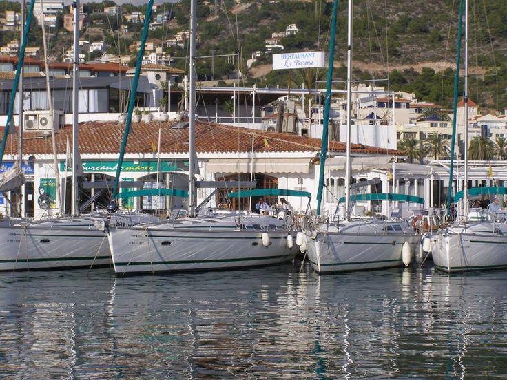 En Surcando Mares tenemos un servicio de alquiler de embarcaciones perfecto para disfrutar del mar. Alquila tu embarcación para Semana Santa.