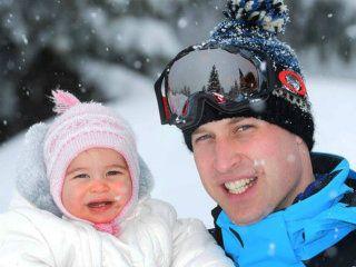 Imagem divulgada pela Monarquia Britânica mostra as férias do príncipe William e Kate Middleton com os filhos, George e Charlotte, nos Alpes Franceses <span class='credit'>(Foto: The British Monarchy/VEJA)</span>