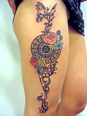 Tatouage - Mandala et fleurs sur la jambe