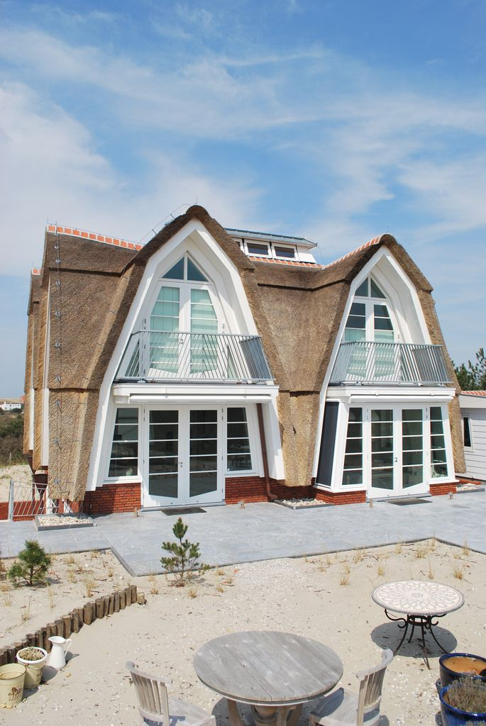 Architektenburo JJ van Vliet. Woonhuis Zeeweg, Bergen NH - villa met rieten dak