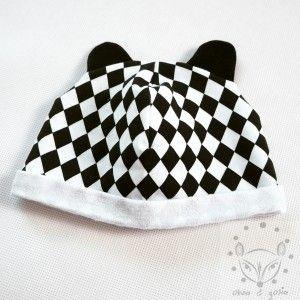 Dziecięca czapeczka w czarno - białe romby z uszami.  dzianina dresowa 95% bawłna 5% elastan  kolor czarno - biały  dostępna na każdy rozmiar głowy