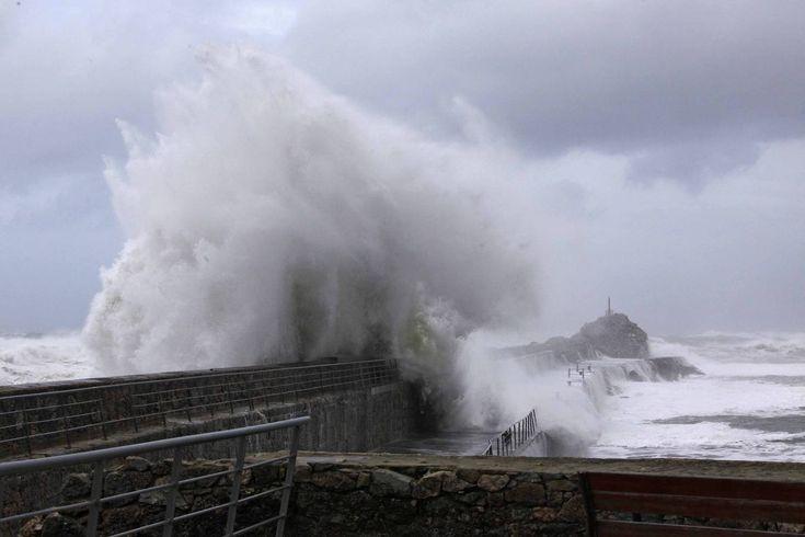 El temporal azota la costa Occidental - eldiariomontanes.es #weather #waves Riesenwellen vor Nordspanien