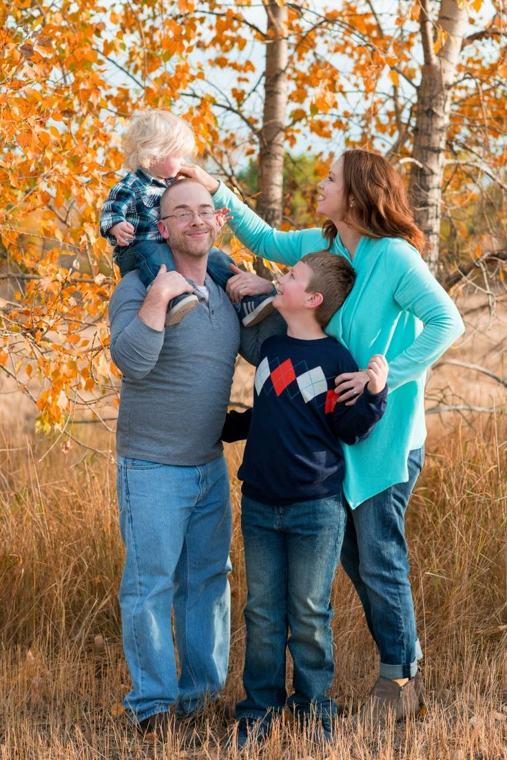 Planning a Fall family photo session? Use these photo examples and tips to help you decide what to wear. You'll look good while making beautiful memories!