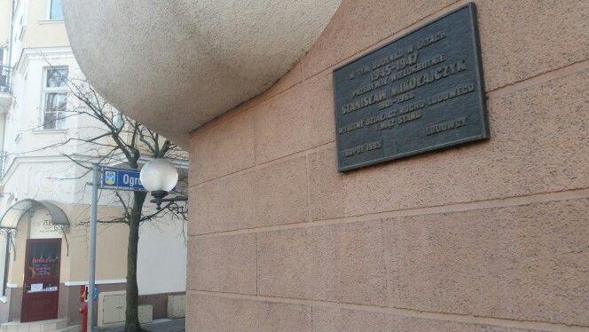 Tablica upamiętnoajaca miejsce,  w którym mieszkał Zyskała Stanisław Mikołajczyk w latach 1945-194 #prl #stalinizm