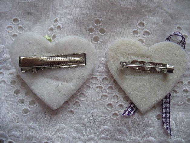 Hochzeitsbuttons - Anstecker, Namensschild, Gästebrosche, Herz Filz - ein Designerstück von krissi-missi bei DaWanda