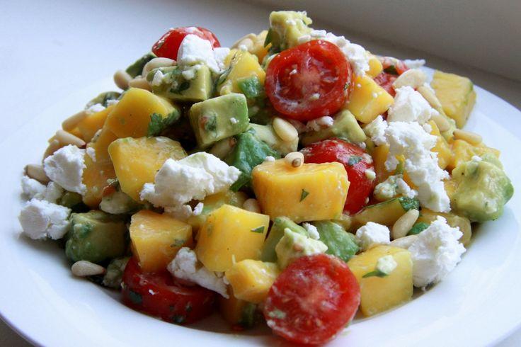 Lekker en makkelijk recept voor een snelle salade met mango, avocado, tomaat en geitenkaas. Lekker voor de lunch!