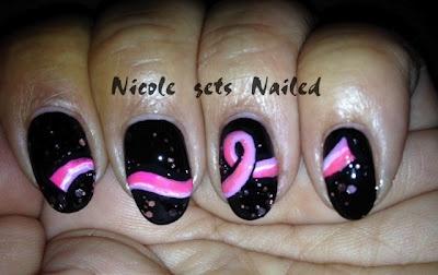 Rosa auf schwarzer Brustkrebs-Bewusstseins-Nagel-Kunst   – Nails