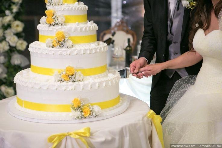 Torta nuziale a 5 piani con decorazioni gialle
