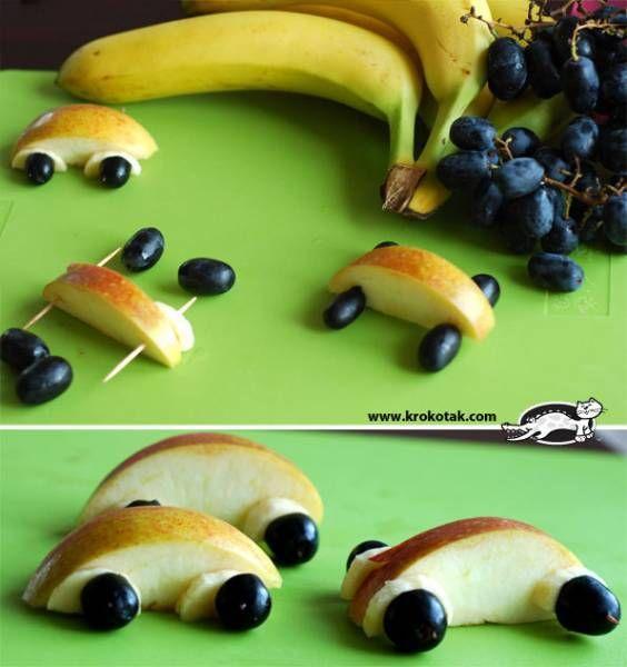 crédit photo Krokotak Des pommes, des raisins, des bananes et un cure-dents suffisent pour fabriquer ces petits bolides à manger ! Parfaits pour donner des fruits aux récalcitrants. Vu sur Krokotak.
