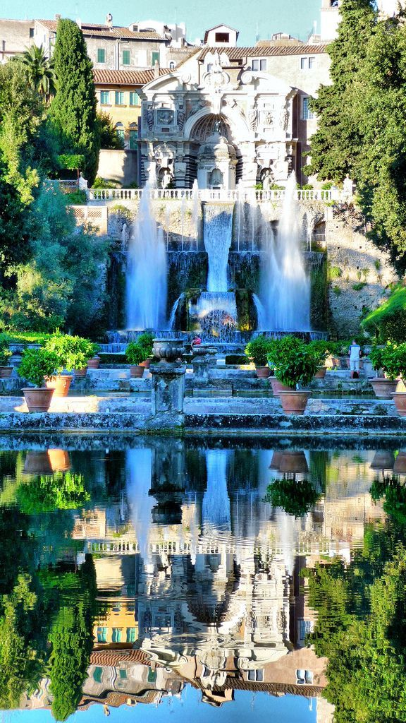 AMAZING italian villa to immortalise your big day, your wedding. Italian wedding inspiration <3 Sumptuous fountain and lake in Italy...