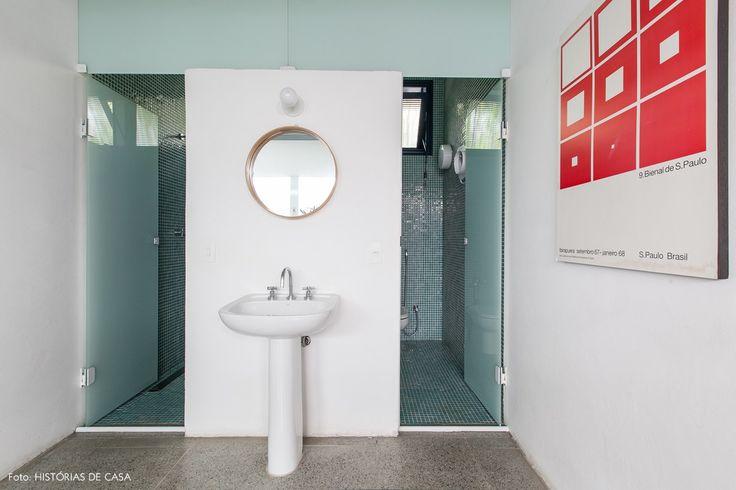 Banheiro de casa tem pia na parte externa e cabines separadas.