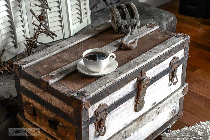 古い木製のトランクにキャスターをつけてサイドテーブルの代わりにしたり、古い窓のシャッターをペイントし直してお部屋の間仕切りとして使ったりと、古いものをリユーズしたりリメイクするのがヴィンテージスタイルです。古い物にしか出せない個性や味わいがあるので、フリーマーケットなどで掘り出し物を探してみるのも良いですね。