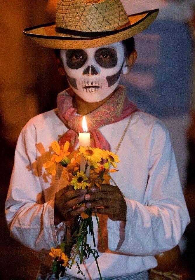 Niño con disfraz de día de muertos, Mexico.