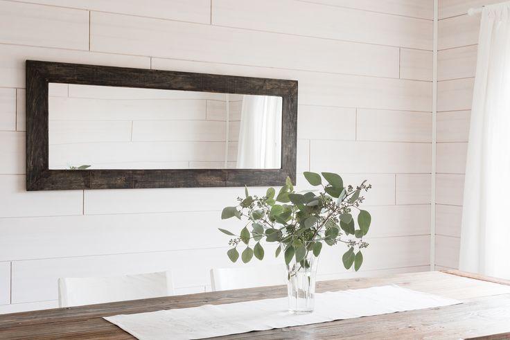 Kaunis rustiikkinen peili kierrätyspuupuukehyksellä. The mirror made from reclaimed wood.