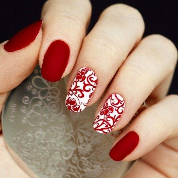 manucure originale, vernis rouge et blanc, estampage, motifs floraux