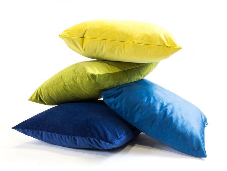 Poduszki Velvet dają ogromne możliwości aranżacyjne. Ich mocna, wyrazista kolorystyka świetnie łączy się z uniwersalnymi tapicerkami meblowymi, w odcieniach bieli, czerni, beżu i szarości.
