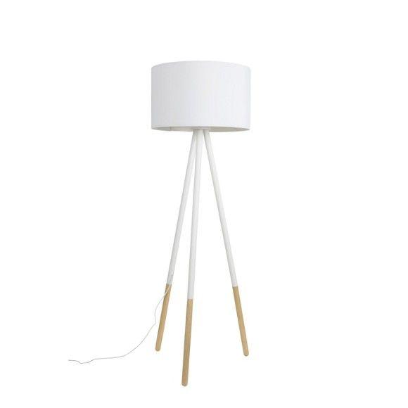 Sie lieben ausgefallene Möbel und Wohnaccessoires? Dann ist diese Stehleuchte von AMBIA HOME genau das Richtige für Sie. Die 3 Füße erinnern an eine Staffelei und geben der Lampe eine futuristische Ausstrahlung. Der dezente Lampenschirm aus Textil in Weiß verteilt das Licht im ganzen Raum.Die passenden Leuchtmittel für den E27-Sockel können Sie im Online Shop bestellen oder auch in einer unserer Filialen erwerben.