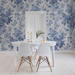 Prachtig porselein dat vroeger in een klassiek wit en blauw ontwerp gemaakt is. Deze muurschildering brengt herinneringen aan van vlooienmarkten en al die barsten in het oppervlak herinneren ons aan de schoonheid die in imperfectie ligt.