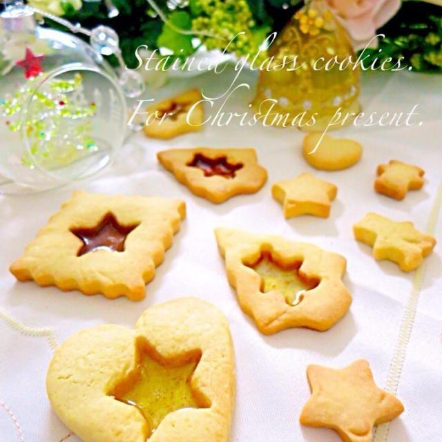 いつもお世話になってる神戸のネイリストさんにお菓子の詰め合わせをクリスマスプレゼント*:゚*。⋆ฺ(*´◡`)ノ 飴ちゃんもうちょっとキレイな色のやつ選べば良かったと後悔… 今年最後のネイル、キレイに仕上げていただきました゚+.(◕∀◕)゚+. チワワ〜ずを引き連れて大阪から神戸に通っております♪ - 270件のもぐもぐ - ステンドグラスクッキー by ゆりえ