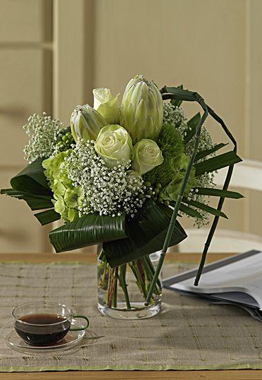 Interflora® Fleurop® Italia - Dattero - Bouquet con Protee verdi, Rose bianche e verde decorativo