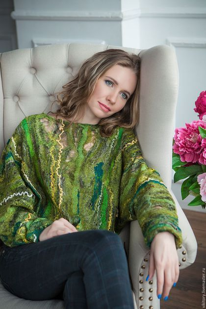 Купить или заказать Валяная блуза 'Город зеленого цвета' в интернет-магазине на Ярмарке Мастеров. Здесь нет асфальта и дорог, И лишь трава зеленая. И слышен ветра каждый вздох, И взгляды удивленные... Зеленых глаз... Очень нарядная блуза сложного зеленого цвета. Выполнена в технике паутинка, чтобы добиться ажурного эффекта за счет тонкой раскладки и множества волокон. Силует летучая мышь. Рукава и низ блузы присобран и обвязан крючком. Блуза для смелых и неординарных девушек.