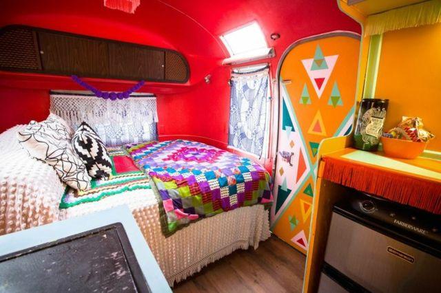 Caravane américaine Airstream aux couleurs vives