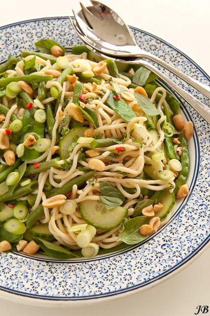 Aziatische noedelsalade met boontjes en pinda's