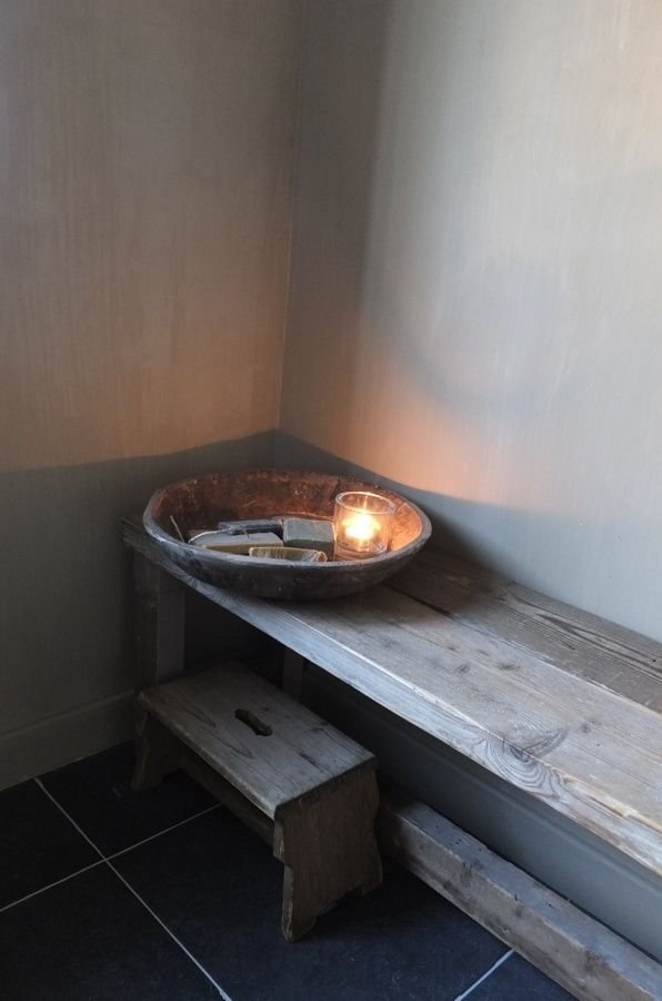 De wanden in de badkamer zijn geverfd met kalkverf van Pure & Original in de kleur : Belgian Biscuit.Kalkverf is ademend en vocht-en schimmelwerend. Een sealer erover maakt ze beter bestand tegen vlekken.Het raam en dedeurzijn ook geverfd met de kalkverf en hierover gingen 2 lagen sealer.De wasbakken, blad, achterwand zijn bewerkt metBeton Cire in de kleur Gris Acier en de wanden van de douche werden met beton Cire kleur Mirjam bewerkt.…