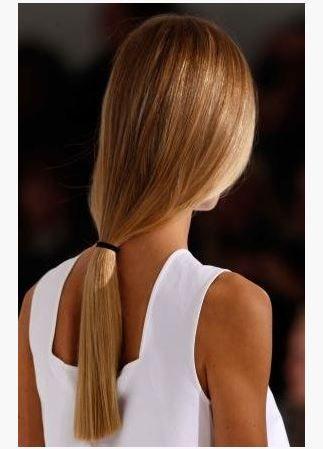 Sizlere önerimiz saçlarınızı bal saç rengi veya bal köpüğü saç renkleri süper yakışır.  Atkuyruğu modelde bal köpüğü saç rengi. Düz saçlara özellikle yakışan saç rengi.