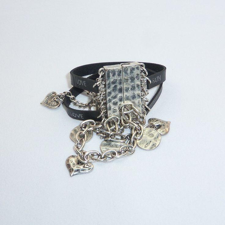 Браслет Металлика выполнен из четырех цепочек с сердечками и монетками и двух кожаных ремешков. Длина браслета 18 см., магнитная застежка.
