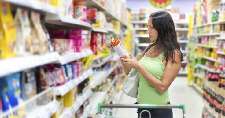 Cómo crear etiquetas para productos alimenticios. El proceso de crear etiquetas de productos alimenticios involucra reunir y presentar la información que requieren los organismos reguladores, así como también diseñar e imprimir las etiquetas en sí. La etiqueta proporcionará a los clientes la información necesaria para decidir si compran tu producto. Esta información pudiera incluir ingredientes y ...