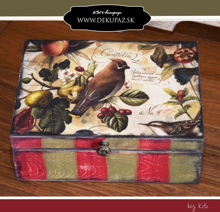 Čajová krabica Použitý materiál: čajová krabica, kovová úchytka, papier na decoupage 50 x70 cm, PENTART akrylové farby - olivová, jedlová, červená, bordová, antická zlatá, antikovacia pasta umbra, Lak matný, lepidlo na decoupage PENTART
