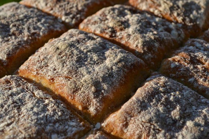 Från nu och till försommaren nästa år innehåller nästan allt vårt bröd squash eller pumpa. Här är receptet på bröd med squash i långpanna.