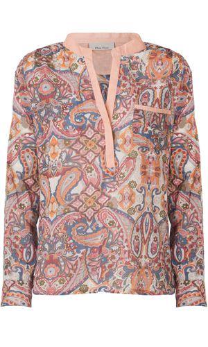Ghiat Blouse Den klassiske skjorte med stolpelukning fra Plus Fine i et skønt farverigt douche print. Modellen har lange ærmer og påsyet brystlomme.  I samme fine print er bukserne Ghiat Pants - rigtigt fint sæt.